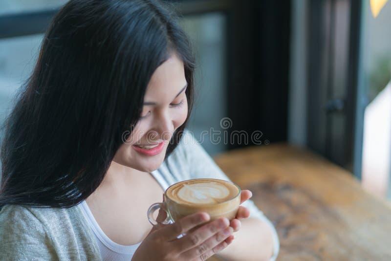Retrato do café bebendo de sorriso da mulher no café do vintage imagens de stock royalty free
