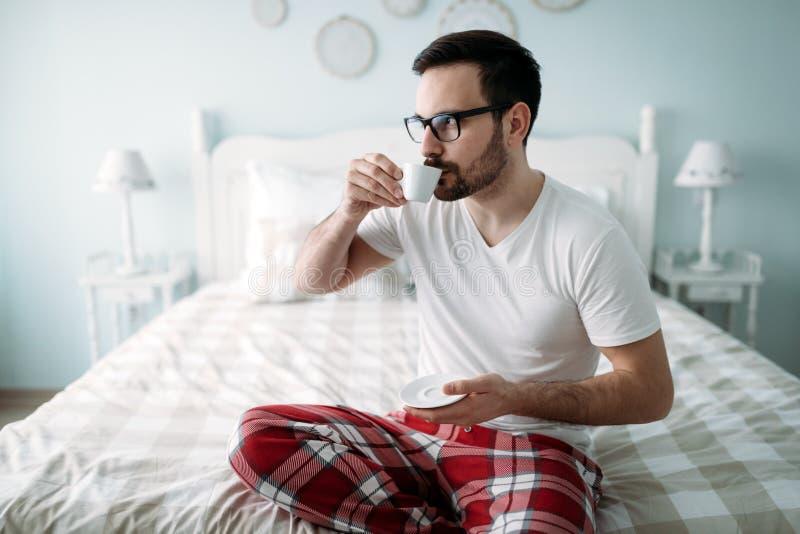 Retrato do caf? bebendo consider?vel do homem novo fotografia de stock royalty free