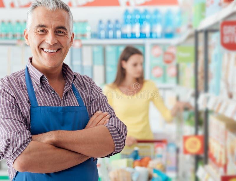 Retrato do caixeiro do supermercado fotos de stock royalty free