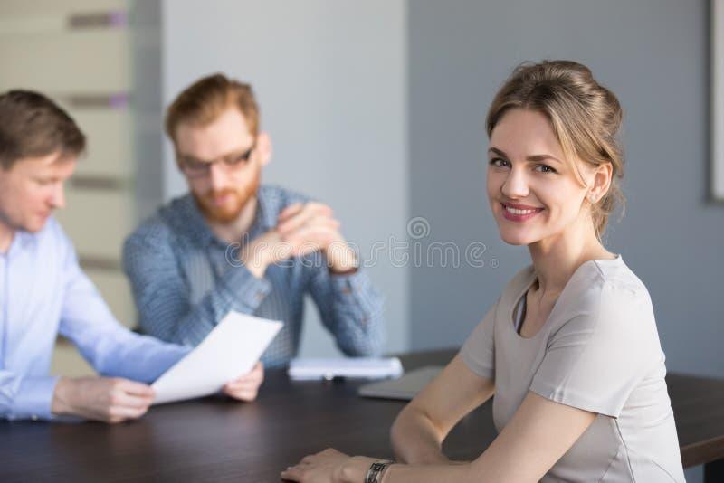 Retrato do candidato ou do sócio comercial fêmea de sorriso de trabalho imagem de stock