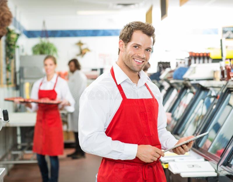 Retrato do carniceiro feliz Holding Digital Tablet fotos de stock