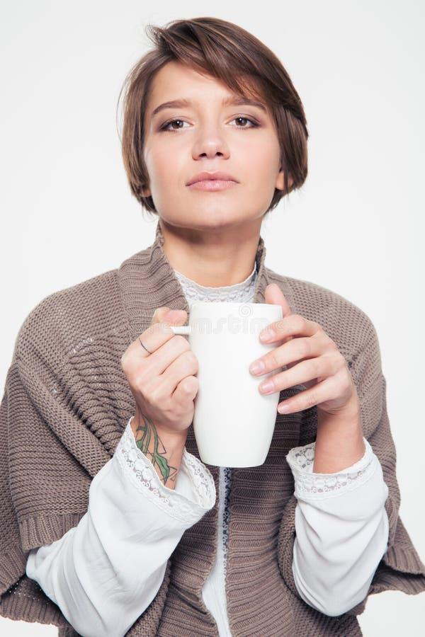 Retrato do chá bebendo da jovem mulher bonita pensativa fotografia de stock royalty free