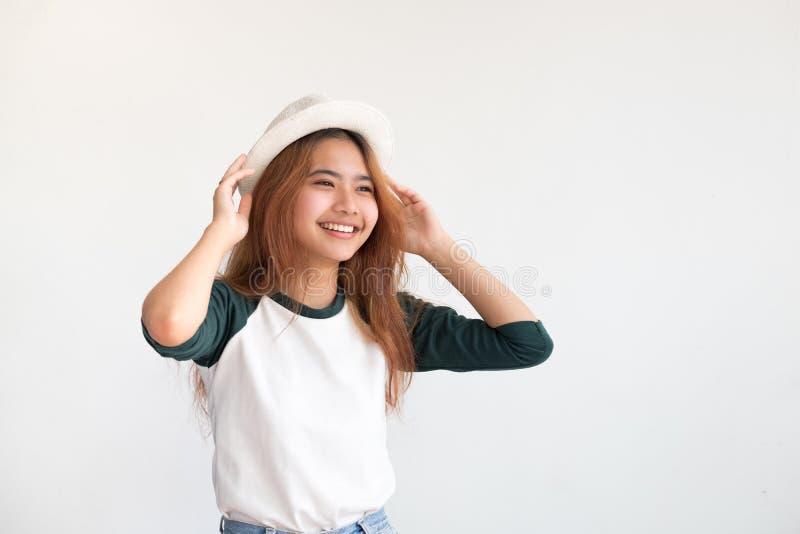 Retrato do chapéu adolescente asiático do desgaste de mulher com sorriso em wal branco foto de stock