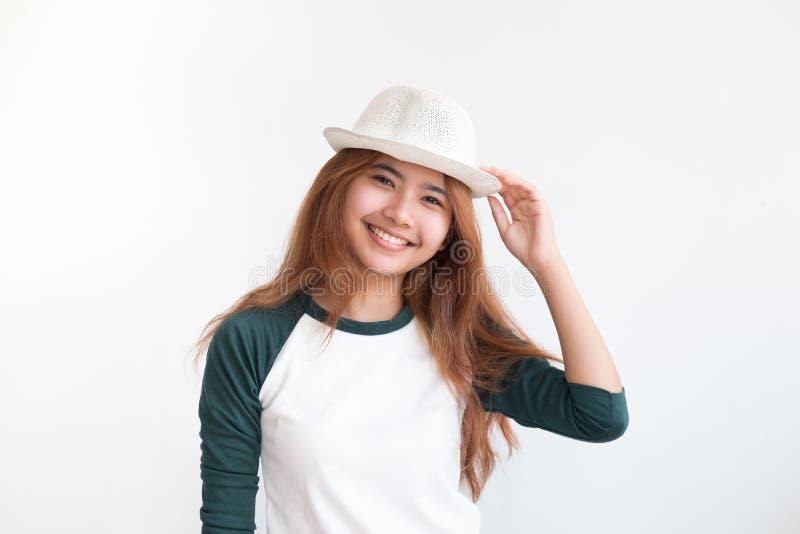 Retrato do chapéu adolescente asiático do desgaste de mulher com sorriso em wal branco imagem de stock