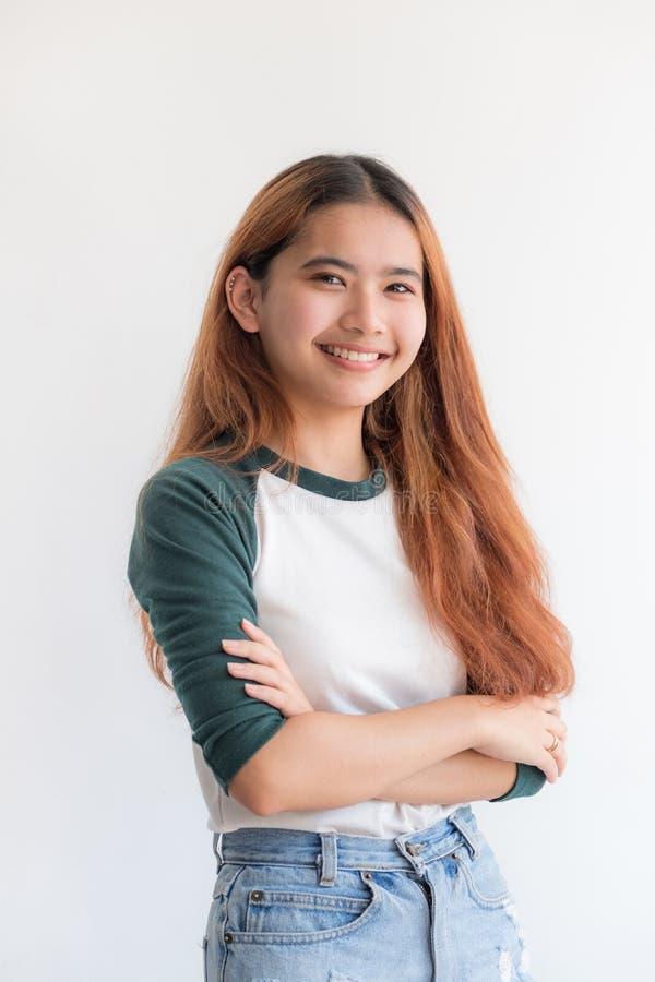 Retrato do chapéu adolescente asiático do desgaste de mulher com sorriso em wal branco fotografia de stock royalty free