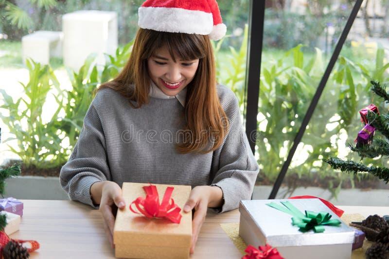 Retrato do chapéu asiático de Papai Noel do desgaste de mulher em casa Menina com imagem de stock royalty free