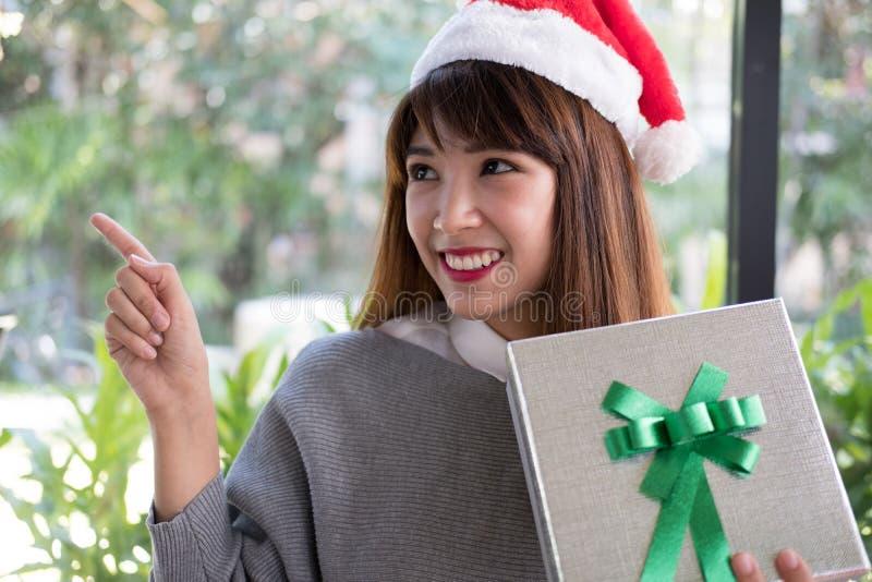 Retrato do chapéu asiático de Papai Noel do desgaste de mulher em casa Menina com imagem de stock