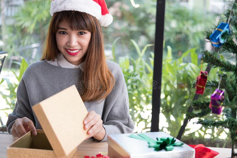 Retrato do chapéu asiático de Papai Noel do desgaste de mulher em casa Menina com imagens de stock
