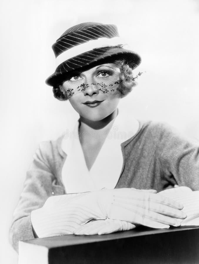 Retrato do chapéu vestindo da mulher com véu (todas as pessoas descritas não são umas vivas mais longo e nenhuma propriedade exis fotos de stock royalty free