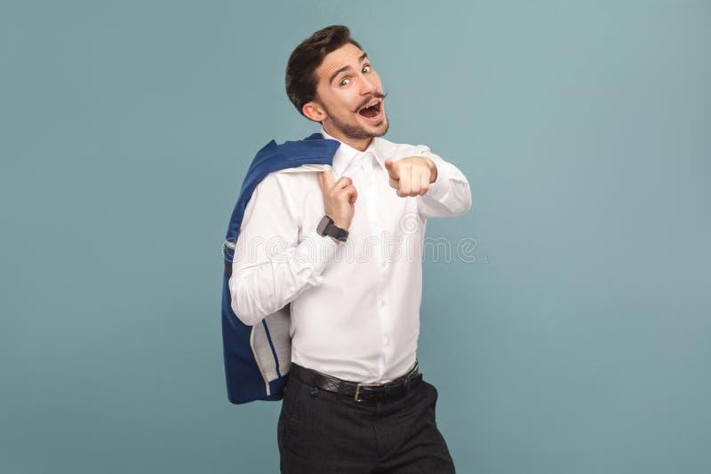 Retrato do chefe do sucesso, surpreendido, apontando o dedo na câmera foto de stock