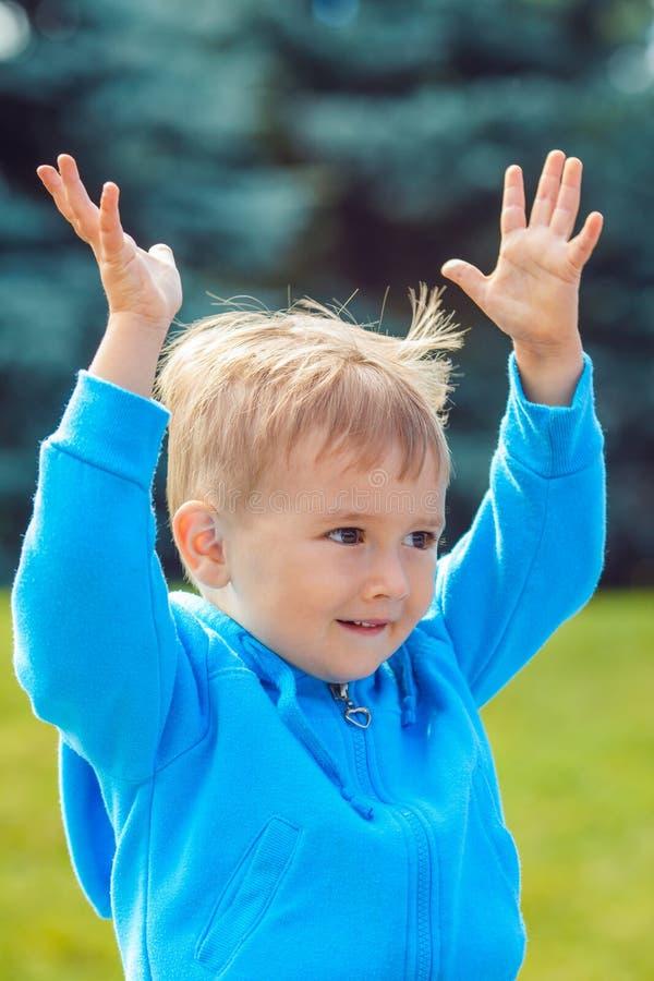 Retrato do close up caucasiano do menino no hoodie azul foto de stock