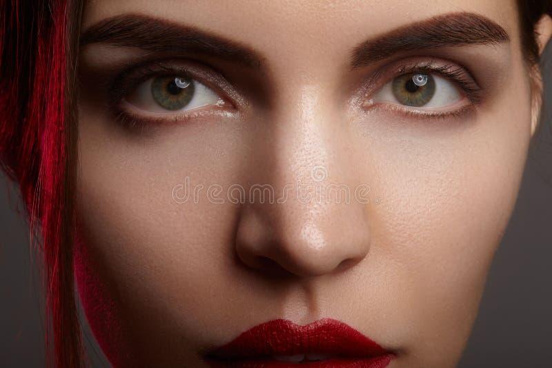 Retrato do close up com da cara bonita da mulher Cor vermelha da composição do bordo da forma, da pele brilhante limpa e das sobr imagens de stock royalty free