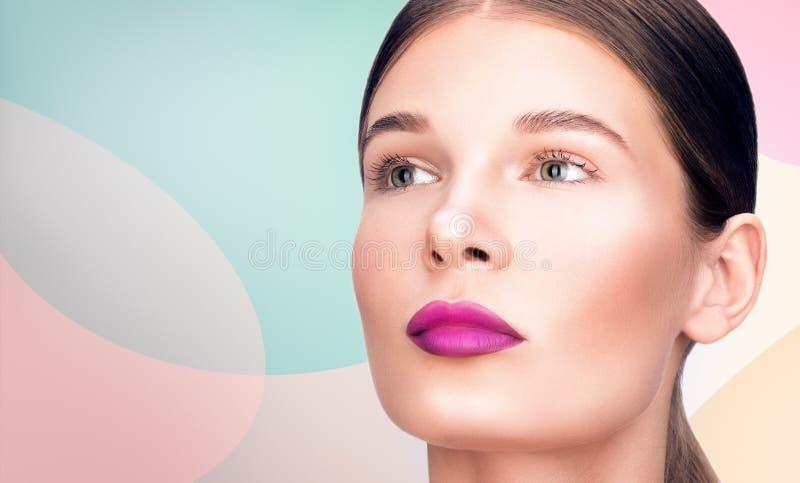 Retrato do close up da beleza Composição profissional, pele limpa delicada O cabelo é recolhido imagem de stock