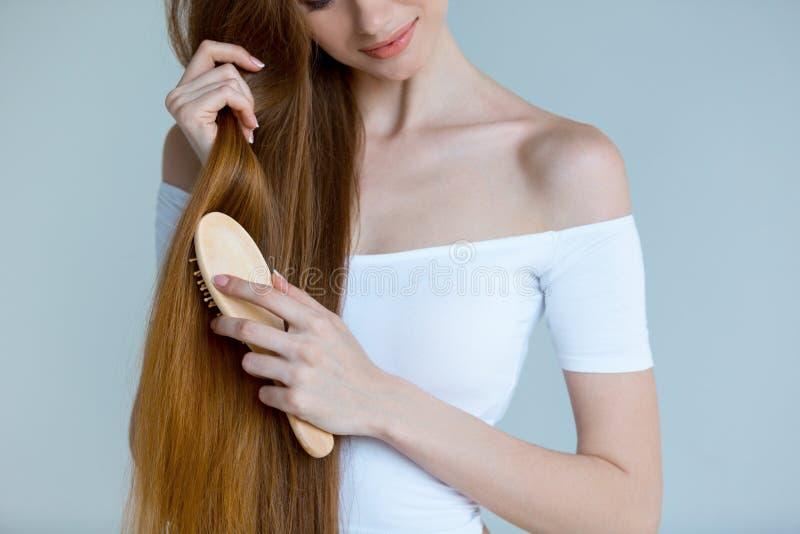 Retrato do close-up da beleza da jovem mulher bonita com cabelo marrom longo no fundo branco Conceito dos cuidados capilares fotos de stock