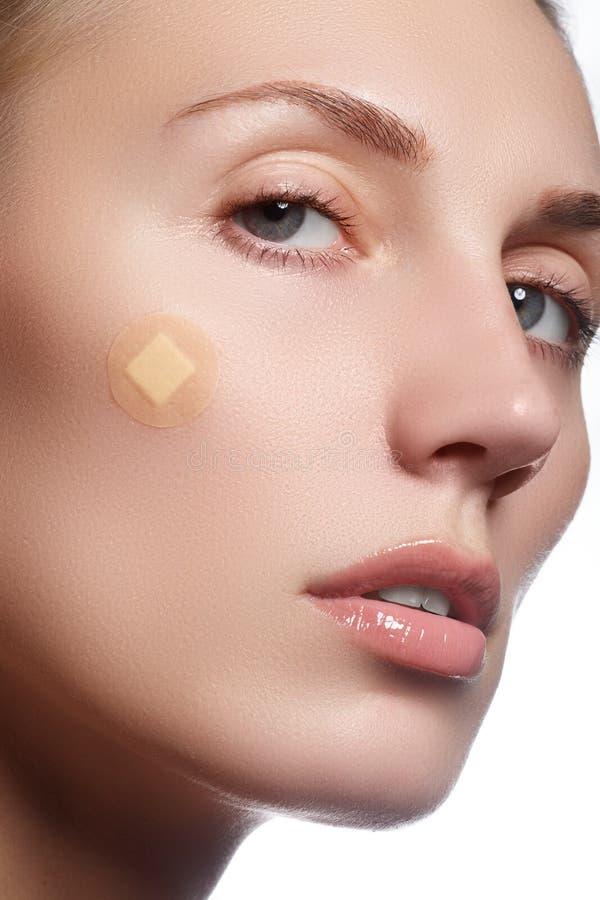 Retrato do close-up da cara bonita da pureza do ` s da mulher com natural fotos de stock