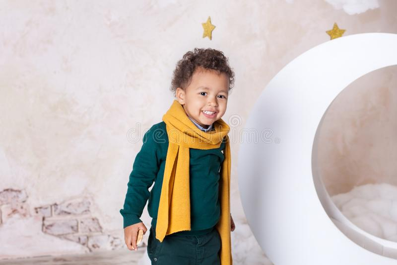 Retrato do close-up da cara de um menino preto, afro-americano O menino preto pequeno está sorrindo Bebê bonito, bebê no jogo Sor foto de stock royalty free