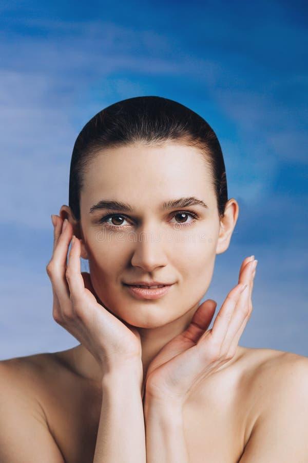 Retrato do close-up da cara dos cwoman novos com pele fresca limpa imagem de stock royalty free