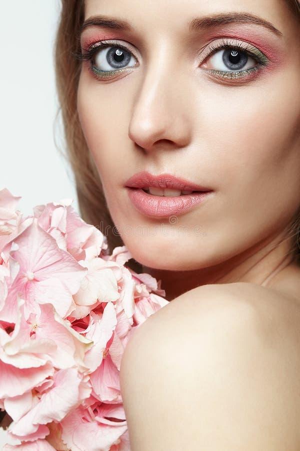 Retrato do close up da cara fêmea da beleza nova com cabelo louro e fotografia de stock royalty free