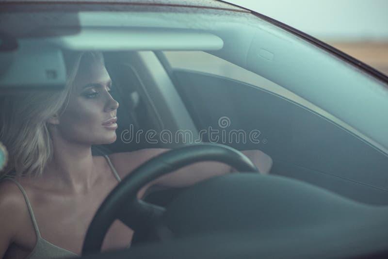 Retrato do close up da condução loura bronzeada 'sexy' lindo da senhora imagens de stock