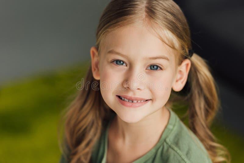 retrato do close-up da criança pequena adorável imagem de stock