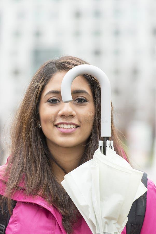 Retrato do close up da jovem mulher alegre com guarda-chuva, outono l foto de stock royalty free