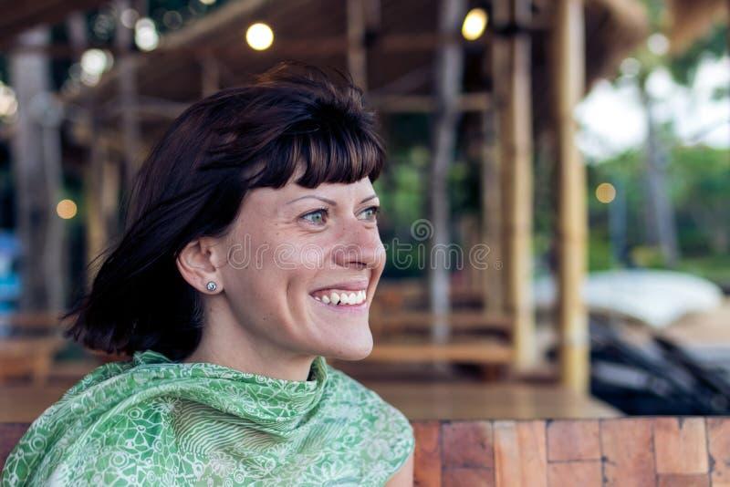 Retrato do close up da jovem mulher bonita no caffe da praia da ilha tropical Bali, Indonésia imagem de stock