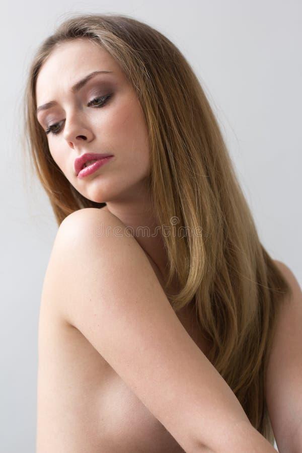 Retrato do close-up da jovem mulher caucasiano com olhos bonitos imagem de stock