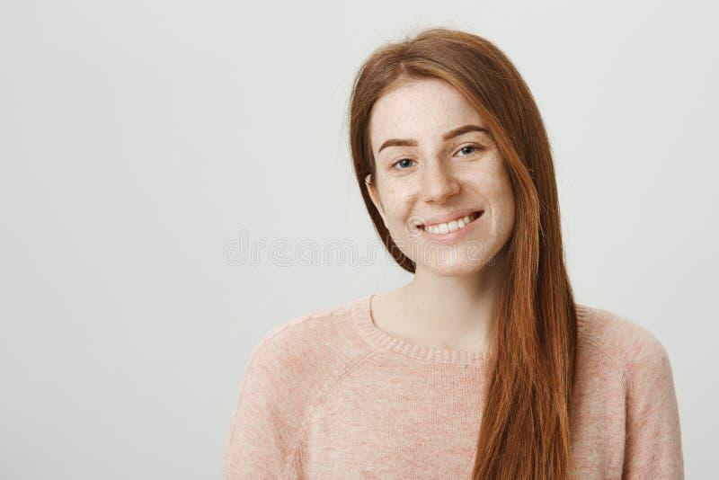 Retrato do close-up da jovem mulher caucasiano do ruivo encantador com sardas bonitos que sorri alegremente ao estar sobre imagens de stock royalty free