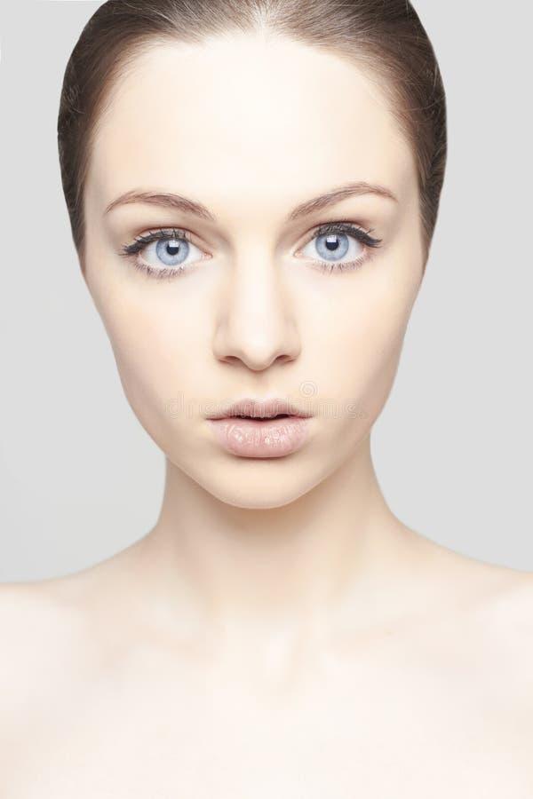 Retrato do close-up da jovem mulher com olhos bonitos imagem de stock royalty free