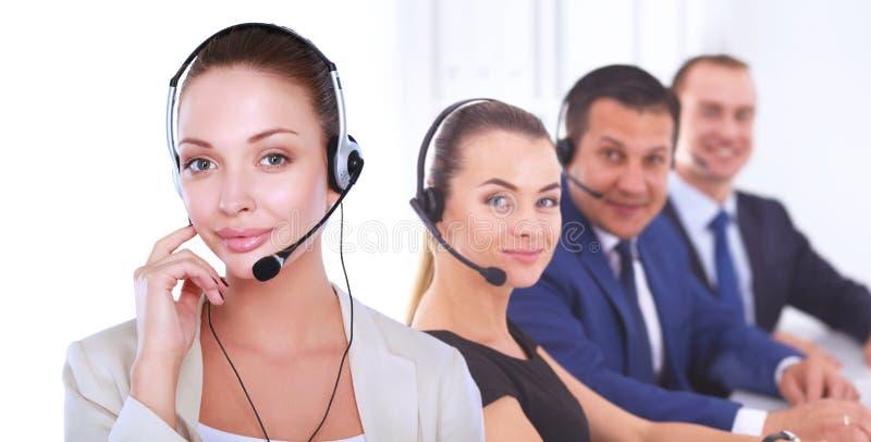 Retrato do close-up da jovem mulher de sorriso com os auriculares isolados no fundo branco fotografia de stock royalty free