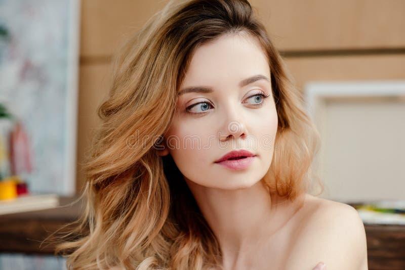 retrato do close-up da jovem mulher despida bonita fotografia de stock