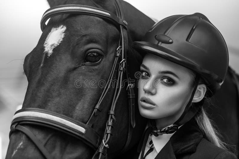Retrato do close up da jovem mulher e do hourse bonitos imagens de stock