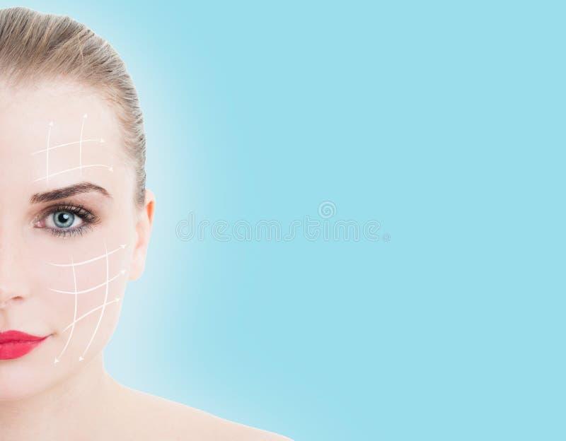 Retrato do close-up da meia cara da mulher nova, bonita imagem de stock