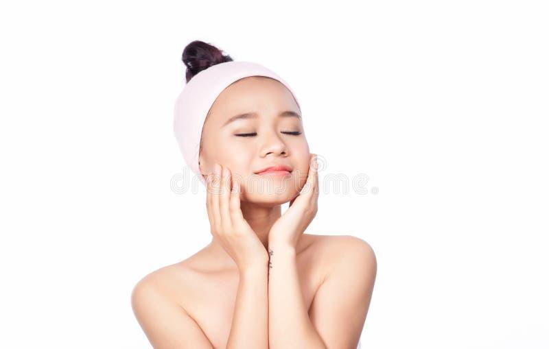 Retrato do close-up da menina bonita, fresca, saudável e sensual isolada no branco imagens de stock royalty free
