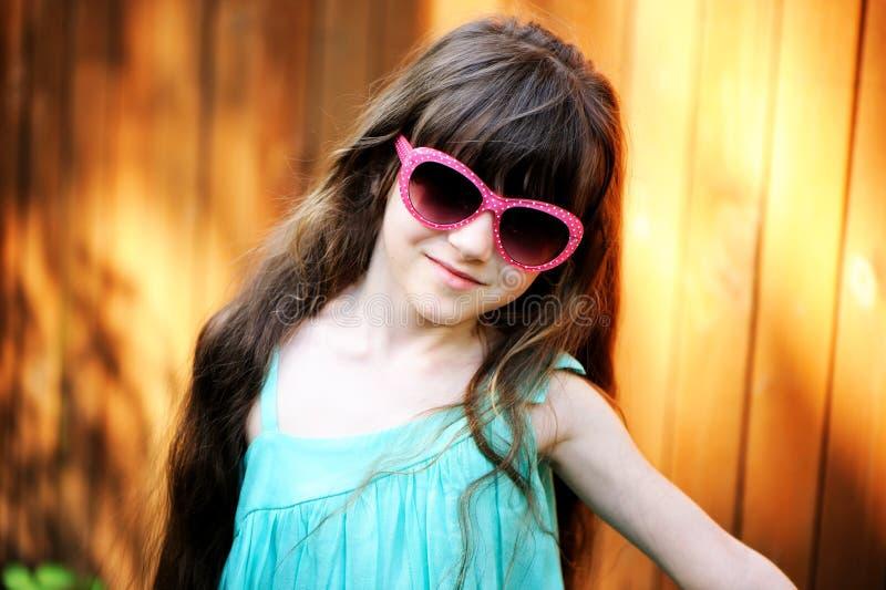 Retrato do Close-up da menina da criança em óculos de sol cor-de-rosa imagem de stock