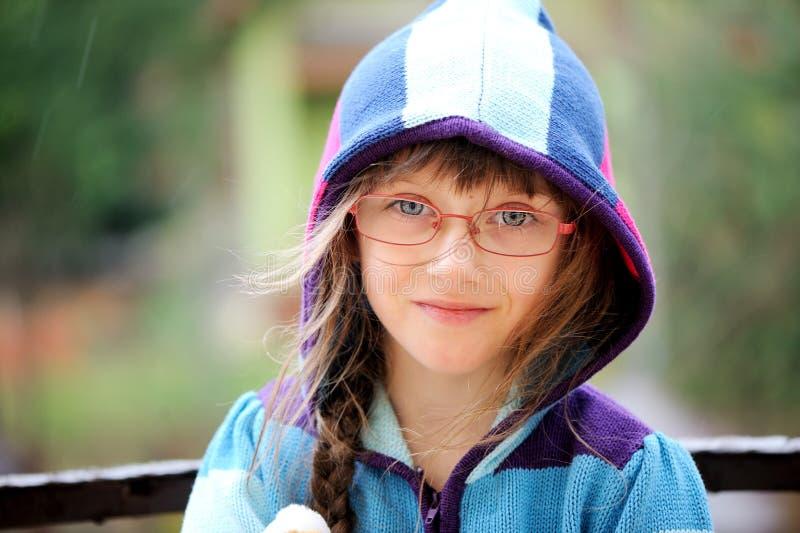 Retrato do close-up da menina em um hoody fotografia de stock