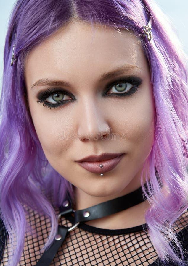 Retrato do close-up da menina gótico de sorriso bonita Goth pastel com cabelo cor-de-rosa violeta fotografia de stock