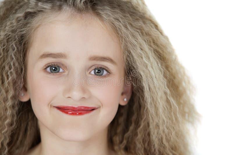 Retrato do close-up da menina loura que veste o batom vermelho fotografia de stock royalty free