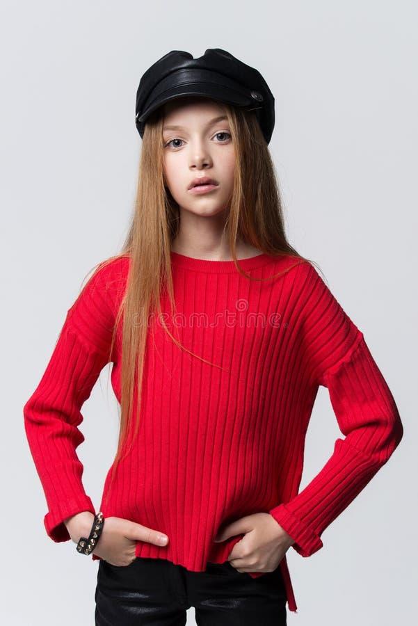 Retrato do close-up da menina nova bonita do ruivo que veste a camiseta vermelha que levanta no estúdio imagem de stock royalty free
