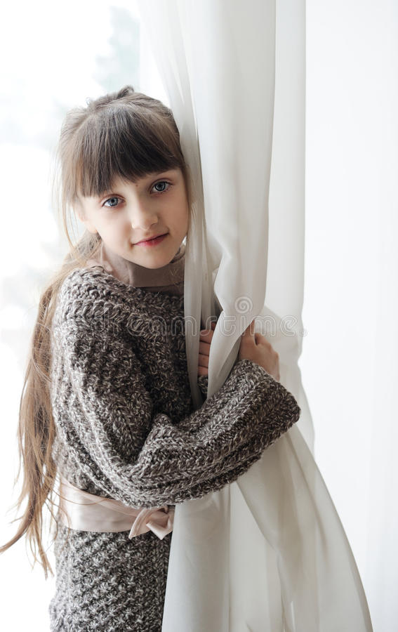 Retrato do close-up da menina pensativa da criança fotos de stock