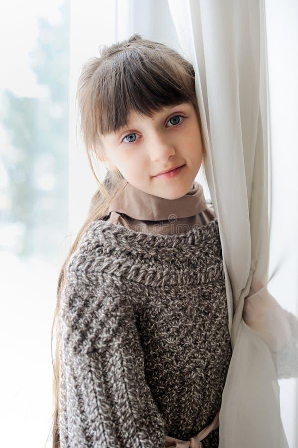 Retrato do close-up da menina pensativa da criança imagem de stock
