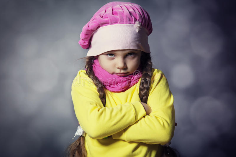 Retrato do close-up da menina triste adorável da criança fotos de stock royalty free
