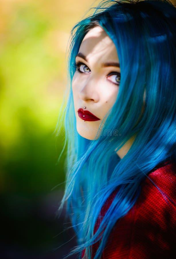 Retrato do close-up da moça bonita com cabelo azul foto de stock