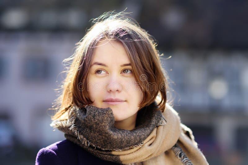 Retrato do close-up da moça bonita fora no dia de mola ensolarado foto de stock royalty free