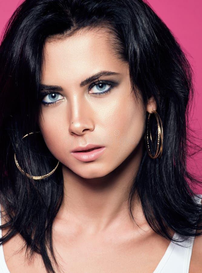 Retrato do close up da morena sensual com olhos azuis Mulher nova bonita imagem de stock