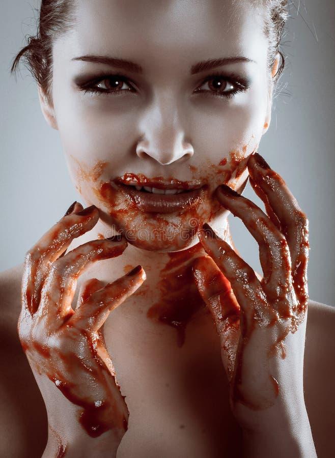 Retrato do close up da mulher bonita do vampiro do horror com sangue foto de stock royalty free