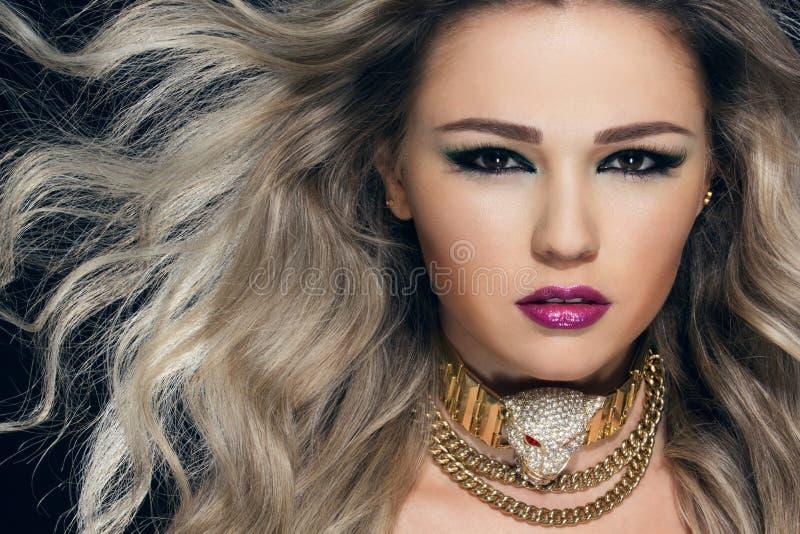Retrato do close-up da mulher bonita nova fotografia de stock