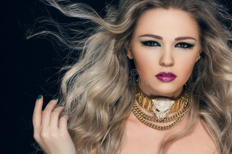 Retrato do close-up da mulher bonita nova fotografia de stock royalty free