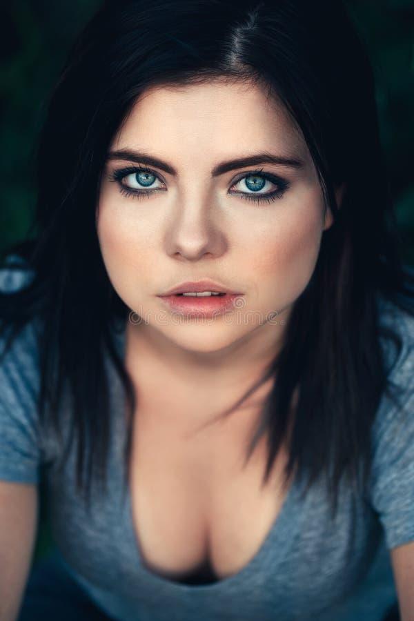 Retrato do close up da mulher caucasiano nova bonita com cabelo preto, olhos azuis, olhando in camera imagens de stock royalty free