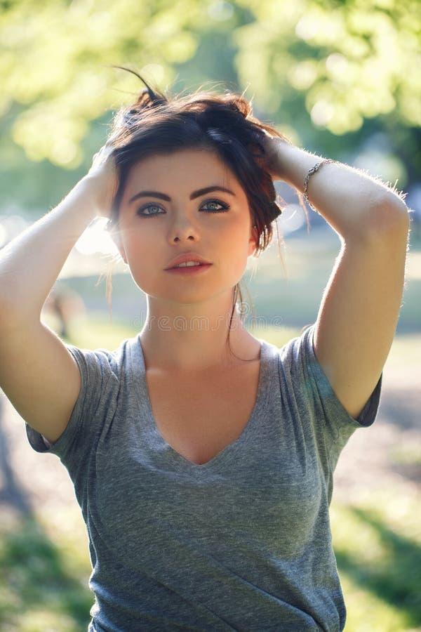 Retrato do close up da mulher caucasiano 'sexy' nova bonita com cabelo preto vermelho, olhos azuis, olhando in camera, fora no po foto de stock royalty free